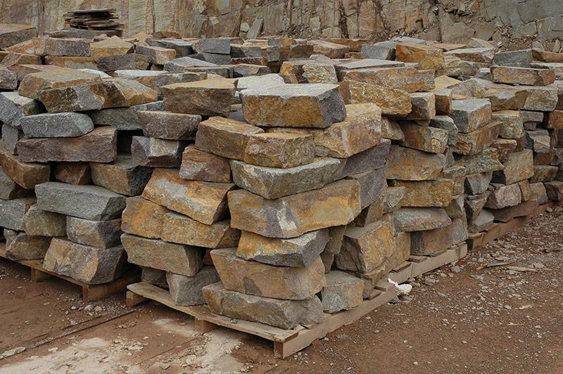 Sassi grezzi in porfido per muri muratura con sassi in for Sassi finti per esterno